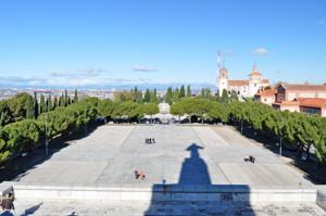 Getafe, Explanada del Cerro de los Ángeles desde el Monumento al Corazón de Jesús. Enfrente vemos los restos del antiguo Monumento, a la derecha de éste la Ermita y a continuación, más cerca de nosotros el Convento