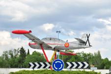 """Avión Hispano Aviación HA-200 """"SAETA"""", primer reactor diseñado y fabricado en España, situado en la rotonda lindante con la Plaza Pinto, en Getafe."""