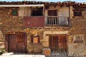 La Hiruela, Entradas y balcones de estas antiguas viviendas