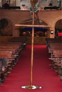 Monasterio y Santuario de Santa María de la Cruz y la Santa Juana, Cruz de madera situada en el suelo de la nave sobre la vertical de la otra cruz que hay clavada en la cripta, sobre el suelo de la primitiva ermita levantada en 1449