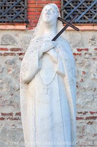 """Monasterio y Santuario de Santa María de la Cruz y la Santa Juana, Estatua de """"la Santa Juana"""""""