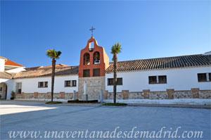 Monasterio y Santuario de Santa María de la Cruz y la Santa Juana, Lonja de entrada al convento situada junto a su lateral Oeste