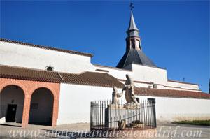 Monasterio y Santuario de Santa María de la Cruz y la Santa Juana, Grupo escultórico representando la aparición de la Virgen María a la niña Inés situado junto a la entrada de la actual iglesia conventual