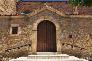 Robregordo, Entrada a la iglesia por la fachada Sur