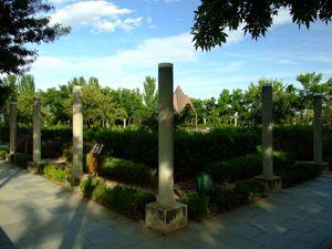 Jardín de las Tres Culturas, Columnas