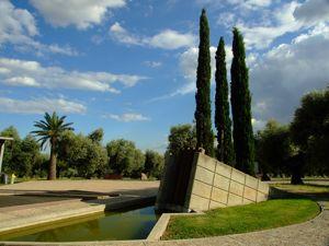 Jardín de las Tres Culturas, Monolito