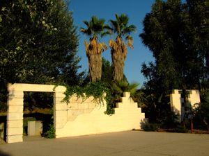 Jardín de las Tres Culturas, Muralla
