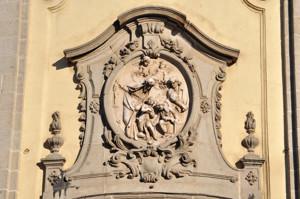 Basílica Pontificia de San Miguel, medallón de piedra caliza en el que figura el martirio de los Santos Niños Justo y Pastor