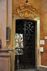 Basílica Pontificia de San Miguel, Entrada a la escalera que sube hasta el Coro y el Campanario