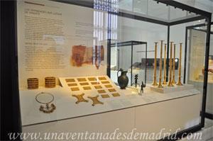 Museo Arqueológico Nacional, Tesoro de El Carambolo a la izquierda y Timaterios de Lebrija a la derecha
