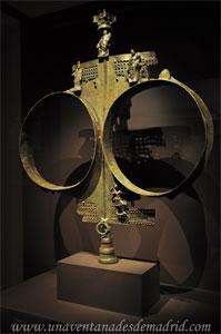Museo Arqueológico Nacional, Estandarte de bronce de finales del siglo II o principios del III d. C. perteneciente a un collegium iuvenium, a donde acudían jóvenes de la alta sociedad para prepararse para la vida cívica