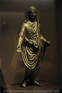 Museo Arqueológico Nacional, Estatuilla de bronce del siglo I d. C. con la figura de un hombre togado y cubierto con velo representando al pater familias