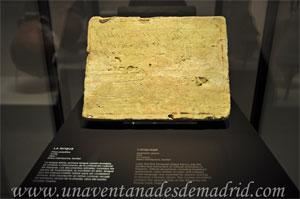 Museo Arqueológico Nacional, Placa epigráfica de arcilla, del siglo I d. C., en donde aparecen escritos los primeros versos de La Eneida