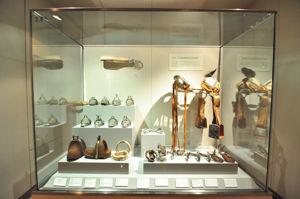 Museo de América, Vitrina conteniendo diveros objetos propios de montar a caballo