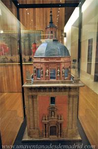 """Museo de Historia de Madrid, Modelo de la Real capilla de San Isidro, en la parroquia de San Andrés"""", hecha de madera y papel por José Monasterio y Riesco"""