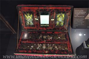 Museo de Historia de Madrid, Costurero ornamentado con los retratos de Mariana de Neoburgo y Carlos II. Realizado en madera, concha, nácar y seda alrededor de 1690