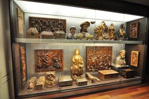 """Museo Lázaro Galdiano, Sala 21: """"Vitrina con piezas de la colección de maderas"""""""