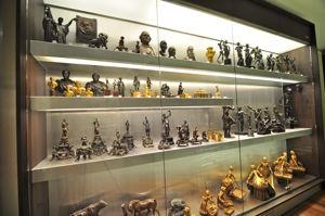 """Museo Lázaro Galdiano, Sala 22: """"Vitrinas con piezas de la colección de bronces"""""""