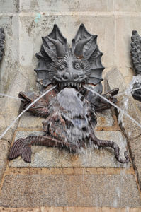 El Ángel Caído, Diablo sosteniendo delfines y sierpes