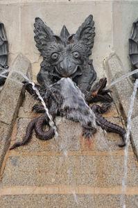 El Ángel Caído, Diablo sosteniendo largartos y serpientes