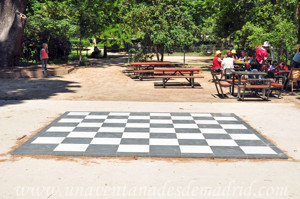 Campo Grande en El Retiro, Tablero gigante de ajedrez