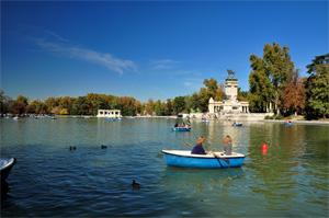 Retiro, Estanque Grande del Retiro con el Monumento a Alfonso XIII a la derecha y su embardero al fondo