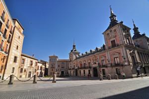 Madrid Siglo XV, Plaza de la Villa con la Casa de Los Lujanes, seguida de la Casa de Don Álvaro de Luján, a la izquierda; Casa de Cisneros al fondo; y Casa de la Villa a la derecha