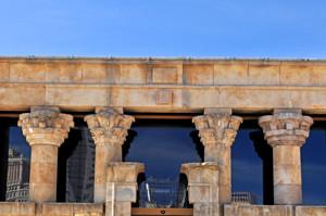 Templo de Debod, Fachada principal, capiteles