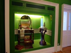 Museo del Romanticismo, Sala X, El pasillo. Estuche de viaje de Fernando VII y diversos complementos