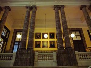 Museo Geominero, Escalera, columnas y galería de cuadros