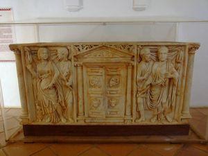 Alcázar de los Reyes Cristianos, Sarcófago romano