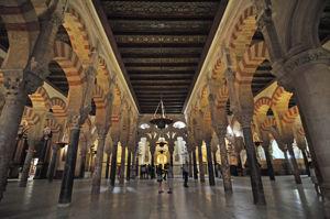 Catedral - Mezquita de Córdoba, Nave central entre la Capilla de Villaviciosa y el mihrab