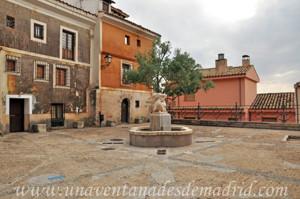 Cuenca, Plaza de San Nicolás con escultura de Leonardo Martínez Bueno en el centro