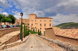 Cuenca, Edificio de la Inquisición y Arco de Bezudo a su izquierda