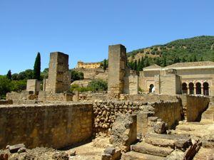Medina Azahara, Ruínas del pabellón central frente al Salón de Abd al-Rahman III