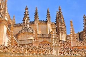Catedral de Segovia, Pináculos y barandillas góticas vistas desde la Calle Barrionuevo