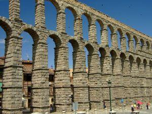 Segovia, Acueducto atravesando la Plaza del Azoguejo hacia las murallas de la ciudad