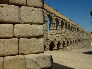 Segovia, Acueducto visto desde el Sureste (con el recinto amurallado enfrente)