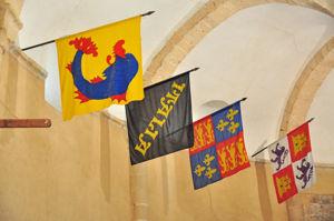 Banderas de las Lenguas del Delfinado y de Auvernia, de Italia, de Inglaterra y de Castilla y León en la Iglesia de la Vera Cruz