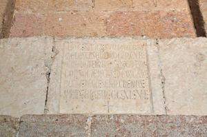 Lápida fundacional de la Iglesia de la Vera Cruz