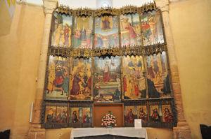 Retablo del siglo XVI y altar con frontal de pizarra del siglo XV en la Iglesia de la Vera Cruz