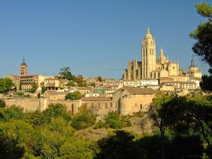 Segovia, Vista de la Catedral y el Museo Provincial de la ciudad desde El Pinarillo