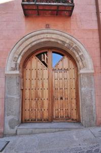 Segovia, Edificio del Siglo XIV en el número 1 de la Calle Descalzas