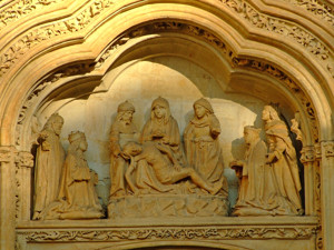 Segovia, Representación de la Muerte de Cristo en la portada del Monasterio de Santa Cruz la Real