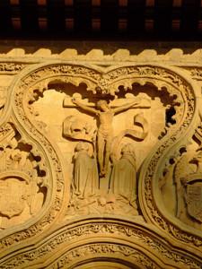 Segovia, Representación de la Crucifixión de Cristo en la portada del Monasterio de Santa Cruz la Real