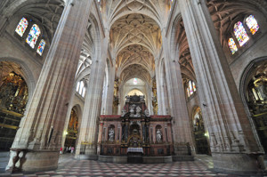 Segovia, Interior de la Catedral desde los pies del templo, en primer plano Capilla del Trascoro
