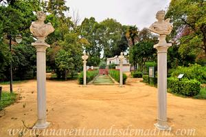Sevilla, Parque de María Luisa - Jardines de las Delicias, Bustos sobre columnas