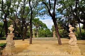 Sevilla, Parque de María Luisa - Jardines de las Delicias, Pedestales con bustos frente al Salón Alto