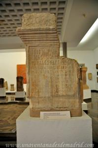 Museo Arqueológico de Sevilla, Pedestal dedicado por Fabia Fabina a Isis niña