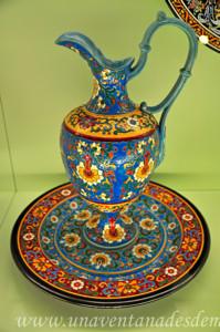 Museo de Artes y Costumbres populares de Sevilla, Sala VII: Loza de la Cartuja, servicio de aguamanil y plato